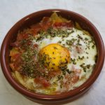 Huevos al plato con jamón ibérico: el sabor de lo clásico