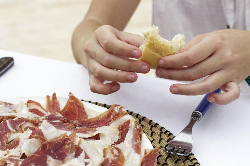 Una mujer disfrutando del jamón ibérico