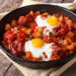 Huevos estrellados con jamón ibérico y chips de vegetales: boniato, yuca y plátano frito