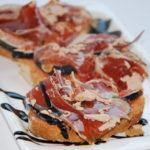 Tostas de jamón ibérico con higos y virutas de foie