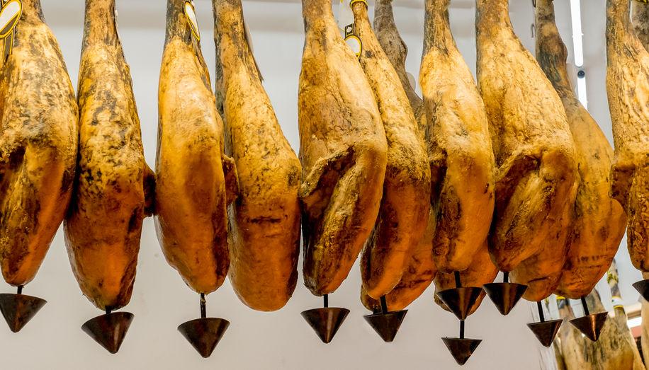 """Después del lavado, los jamones ibéricos eliminan el exceso de grasa al colgarse, gracias a la tradicional """"chorrera"""", situada en la punta de la pieza."""