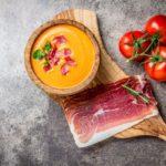 El gazpacho y el salmorejo, dos hermanos con gusto por el jamón ibérico