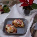 Lascas de patatas con huevos de codorniz y taquitos de jamón