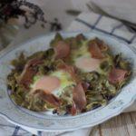 Huevos sobre alcachofas y champiñones con jamón ibérico